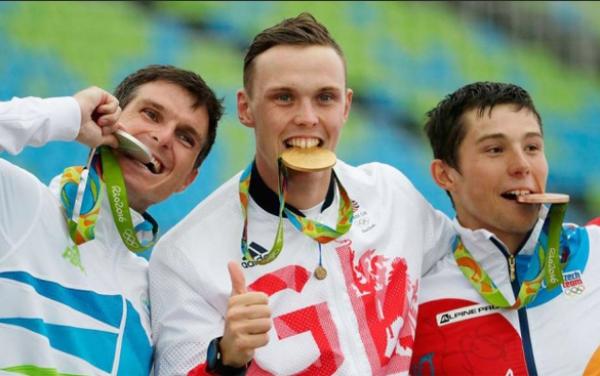 สงสัยไหมว่า ทำไมนักกีฬาโอลิมปิกถึงชอบ ทำท่ากัด เหรียญรางวัล?
